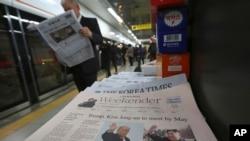 韩国首尔地铁报摊上出售的报纸头条是美国总统川普和朝鲜领导人金正恩计划举行峰会的报道。 (2018年3月10日)