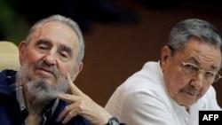 Ông Fidel Castro (trái) và Raul Castro