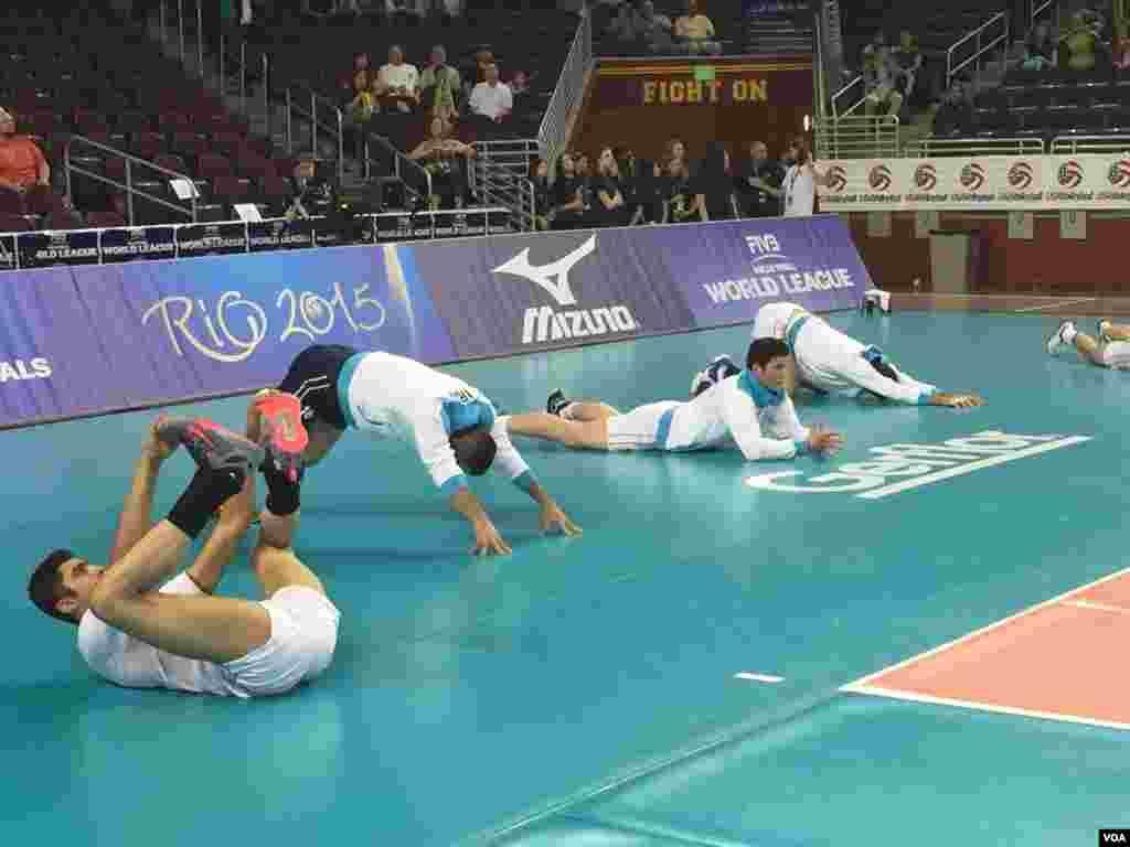 بازیکنان تیم ملی والیبال ایران خود را پیش از بازی گرم میکنند