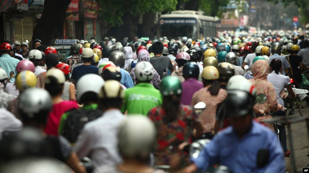 Việt Nam vừa công bố quyết định tăng thuế môi trường đối với xăng dầu để bù đắp các khoản nợ công và chống ô nhiễm. Nhưng có nhiều quan ngại việc tăng thuế sẽ tác động tiêu cực đến các doanh nghiệp và tăng lạm phát.