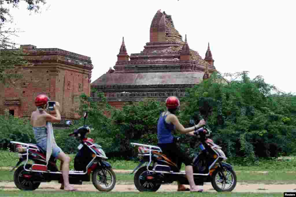 ភ្ញៀវទេសចរថតរូបវត្តខូចខាតក្រោយការរញ្ជួយដីក្នុងតំបន់ Bagan ថ្ងៃទី២៥ ខែសីហា ឆ្នាំ២០១៦។