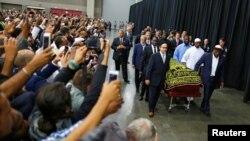 Tín đồ và những người đến viếng chụp hình trong khi linh cữu của nhà vô địch quyền Anh quá cố Muhammad Ali được đưa ra trong lễ Jenazah tại thành phố Louisville, bang Kentucky, Mỹ ngày 9/6/2016.
