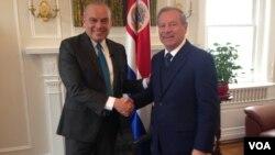 Enrique Castillo (derecha), canciller de Costa Rica, conversó con el peoriodista Gonzalo Abarca, de la Voz de América.