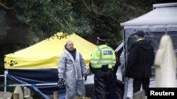 Anggota dinas darurat (mengenakan pakaian pelindung) di lokasi makam Liudmila Skripal, istri mantan perwira intelijen Rusia Sergei Skripal, di London Road Cemetery, di Salisbury, Inggris, 10 Maret 2018.
