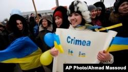 10일 우크라이나 크림자치공화국 주도인 심페로폴 시에서 소수계 타르타르 주민들이 우크라이나 정부를 지지하는 시위를 벌였다.