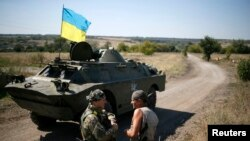지난 2일 우크라이나 동부 도네츠크의 정부군 기지에 장갑차가 서있다.