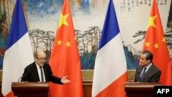 24일 베이징을 방문한 장 이브 르드리앙 프랑스 외무장관이 왕이 중국 외교부장과 공동 기자회견을 열었다.