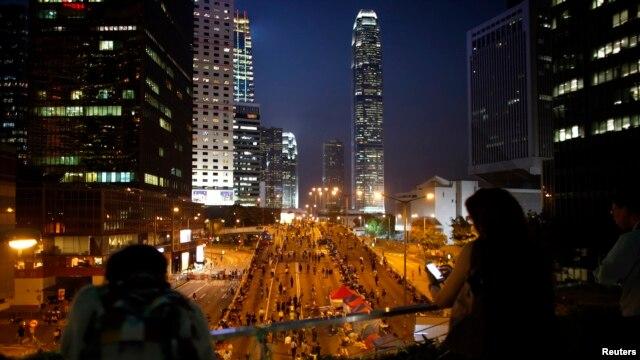 Người biểu tình chặn một con đường chính bên ngoài trụ sở văn phòng chính phủ ở Hong Kong