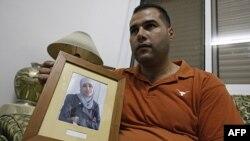 Ông Mohammed Tamimi cầm hình người chị đang bị giam giữ trong nhà tù của Israel