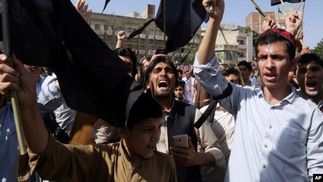 شرکت کنندگان برای اعادۀ حقوق پشتون ها در پاکستان شعار سر می دادند