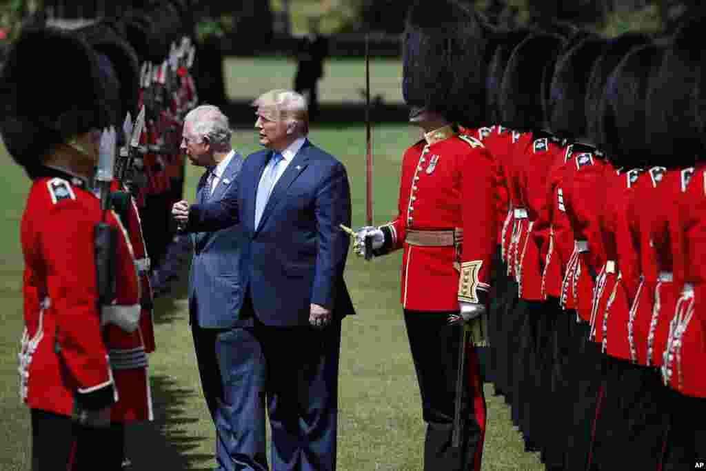 پرزیدنت ترامپ و پرنس چارلز در مراسم رسمی استقبال در کاخ باکینگهام از مقابل گارد ویژه عبور و با برخی از آنها خوش و بش میکنند.