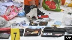 Seorang anggota tim BASARNAS mengumpulkan barang-barang pribadi yang diduga milik penumpang pesawat Lion Air JT610.