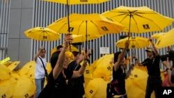 """2015年9月28日抗议者举黄雨伞集会纪念""""伞运动""""一周年"""
