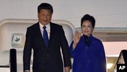 Ông Tập Cận Bình và vợ Bành Lệ Viện đến London, ngày 19/10/2015.