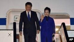中国国家主席习近平和夫人彭丽媛抵达伦敦希思罗机场。(2015年10月19日)