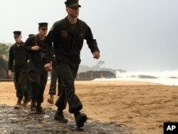 Marines estadounidenses rastrean una playa en Hawái en busca de los tripulantes de dos helicópteros desaparecidos el jueves 14 de enero de 2016.
