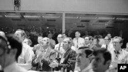 Astronauti i direktori svemirskih operacija uz aplauz su pratili uspešno sletanje posade Apolo 13 u Pacifik, 17. aprila 1970.