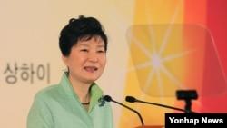 중국을 방문한 박근혜 한국 대통령이 4일 상하이 호텔에서 동포 오찬 간담회를 갖고 격려사를 하고 있다.