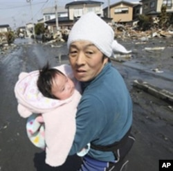 امدادی کارکن ایک چار ماہ کی بچی کو متاثرہ علاقے سے محفوظ مقام پر منتقل کررہا ہے