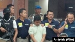Tersangka L (tengah), pelaku pengeboman Mal Alam Sutera, dihadirkan dalam konferensi pers di Polda Metro Jaya, 29 Oktober 2015 (Foto:VOA/Andylala)
