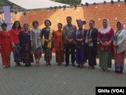 """Dirjen Kebudayaan Kemendikbud Hilmar Farid berphoto bersama dengan para narasumber dalam acara """"Rumpi Kebaya"""" bersama Ibu Iriana Jokowi, di Istora Senaya, Jakarta, Selasa, 8 Oktober 2019. (Foto: VOA/Ghita)."""