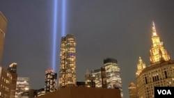 曼哈顿上空纪念9/11二十周年的光柱(宋颖拍摄、提供,2021年9月7日拍摄)