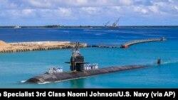 资料照片:由美国海军提供的这张照片中,洛杉矶级俄克拉荷马城号快速攻击潜艇(SSN 723)正返回关岛美国海军基地。(2021年8月19日)