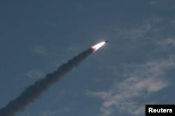 북한이 지난해 7월 호반반도 일대에서 KN-23 신형 단거리 탄도미사일을 발사하는 장면을 북한 관영 '조선중앙통신'이 공개했다.