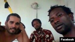 Activistas Luaty Beirão (esq.), Dago Nível (dir) com ium amigo (centro)