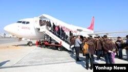 '남북노동자 축구대회'에 참가하는 한국 대표단이 28일 김포국제공항에서 이스타항공 특별 전세기 ZE2815편 항공기에 탑승하고 있다.