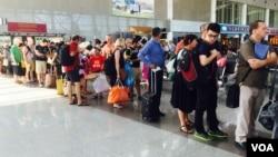 Du khách chờ lên máy bay tại phi trường Tân Sơn Nhất.