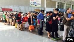 Du khách xếp hàng ở phi trường Tân Sơn Nhất. Việt Nam thu hút khách Nga sau khi Moscow đình chỉ các chuyến bay sang Ai Cập.