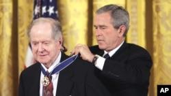 Роберт Конквест отримує нагороду віз Джорджа Буша.