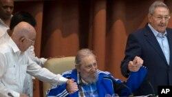 Fidel Castro assis,entre son frere, le president cubain President Raul Castro, a droite de la photo, et Jose Ramon Machado Ventura (a gauche), le second secrétaire du Comité Central , au 7 e Congres du Parti Communiste Cubain le 19 avril 2016.