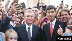 Prezident Shavkat Mirziyoyev blogerlar davrasida, 2019-yil, Samarqand