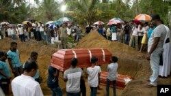 حملوں میں ہلاک ہونے والوں کی تدفین کا سلسلہ بھی جاری ہے۔