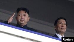 지난 7월 북한 평양에서 열린 한국전 정전 60주년을 맞아 '전승절 기념 열병식'이 열린 가운데, 김정은 국방위원회 제1위원장(왼쪽)과 중국의 특사인 리위안차오 국가부주석이 열병식을 지켜보고 있다.