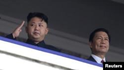 지난해 7월 북한 평양에서 한국전 정전 60주년을 맞아 '전승절 기념 열병식'이 열린 가운데, 김정은 국방위원회 제1위원장(왼쪽)과 중국의 특사인 리위안차오 국가부주석이 열병식을 지켜보고 있다.