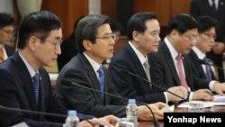 9일 서울 세종로 정부서울청사에서 열린 미 대선 관련 관계장관회의에서 황교안(왼쪽 두번째) 국무총리가 발언하고 있다.