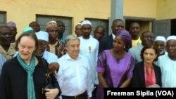Le secrétaire de l'ONU, Antonio Guterres, en visite dans le quartier de PK5, à Bangui, Centrafrique, le 27 octobre 2017. (VOA/Freeman Sipila)