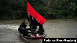 Foto de archivo de un grupo de rebeldes del Ejército de Liberación Nacional (ELN) en un bote en la selva del noroeste de Colombia. Ago 30, 2017. REUTERS/Federico Rios