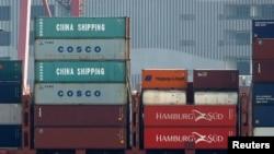 香港貨櫃碼頭,中海集運和中海集運的貨櫃在一艘貨櫃船上。(2018年7月25日)