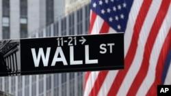 Un drapeau américain dans le quartier financier de New York, Wall Street, 6 juillet 2015.