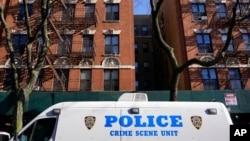Sebuah kendaraan polisi terlihat di New York, 23 November 2020. Sebuah serangan 29 Maret 2021 di sebuah gedung apartemen dekat Times Square menyebabkan seorang perempuan Amerika keturunan Asia terluka parah. (Foto: AP)
