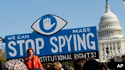 Waandamanaji wakipinga kitendo cha NSA nje ya bunge la Marekani wakilitaka bunge kuchunguza hatua hiyo.