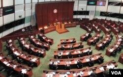 香港行政長官梁振英在立法會宣讀上任後首份施政報告