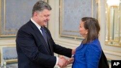 Петро Порошенко і Вікторія Нуланд (архівне фото)