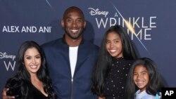 Kobe Bryant com a mulher e as filhas na estreia do filme Wrinkle in Time