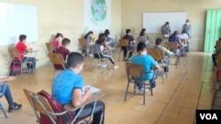 Determinados grupos de estudiantes reciben clases semipresenciales en Honduras. Foto Oscar Ortiz, VOA.
