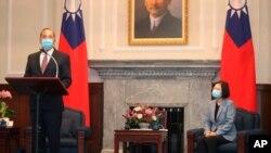 알렉스 에이자 미국 보건후생부 장관이 10일 타이완에서 차이잉원 총통을 만났다.